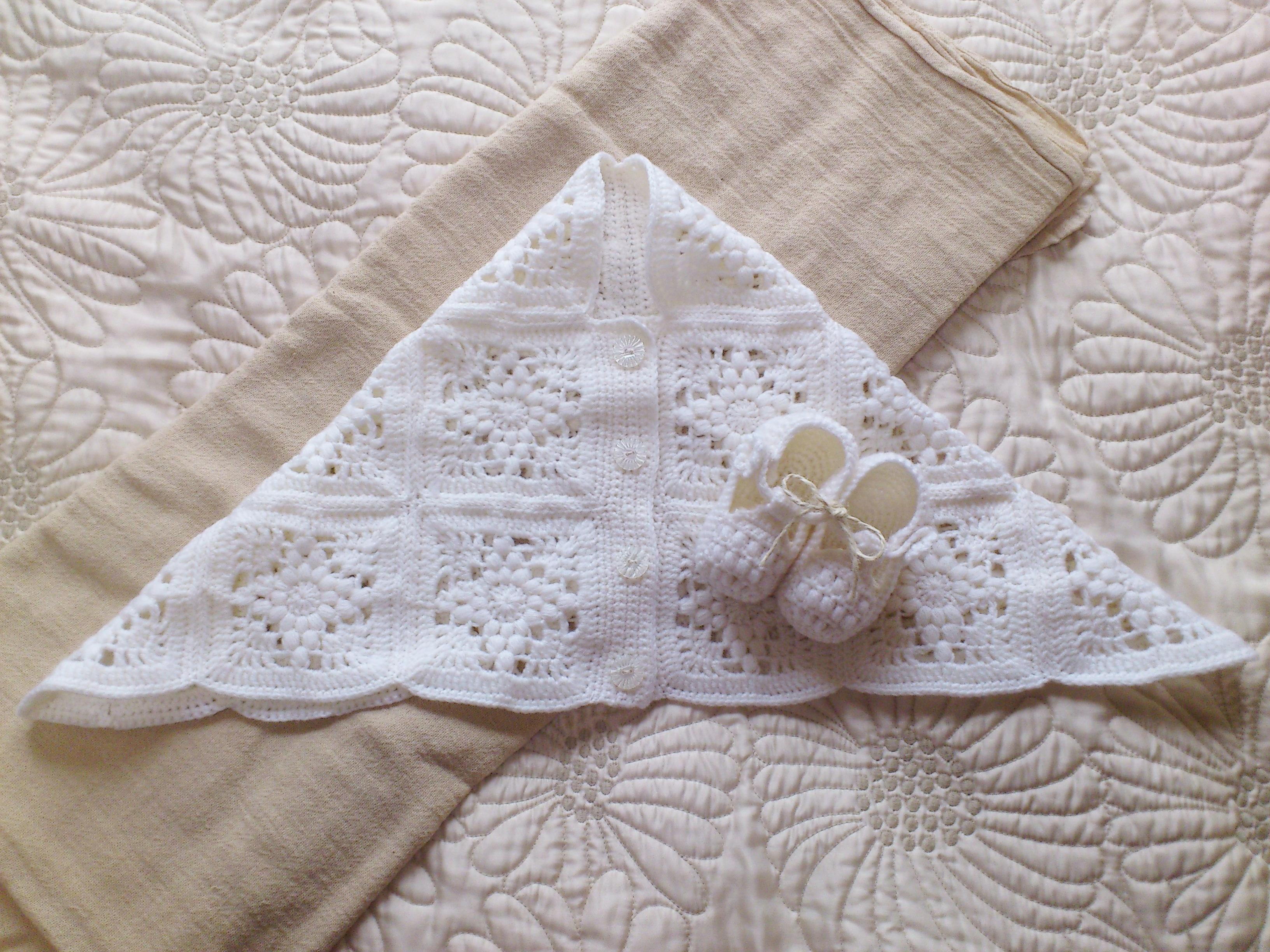 モチーフ編みで編む、赤ちゃんのためのおくるみ(ケープ)とくつ