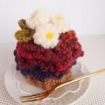 かぎ針で編んだ、毛糸のカップケーキ