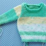 セーターの編み方を覚えるために、赤ちゃんサイズよりさらに小さい雛形を編んでいます