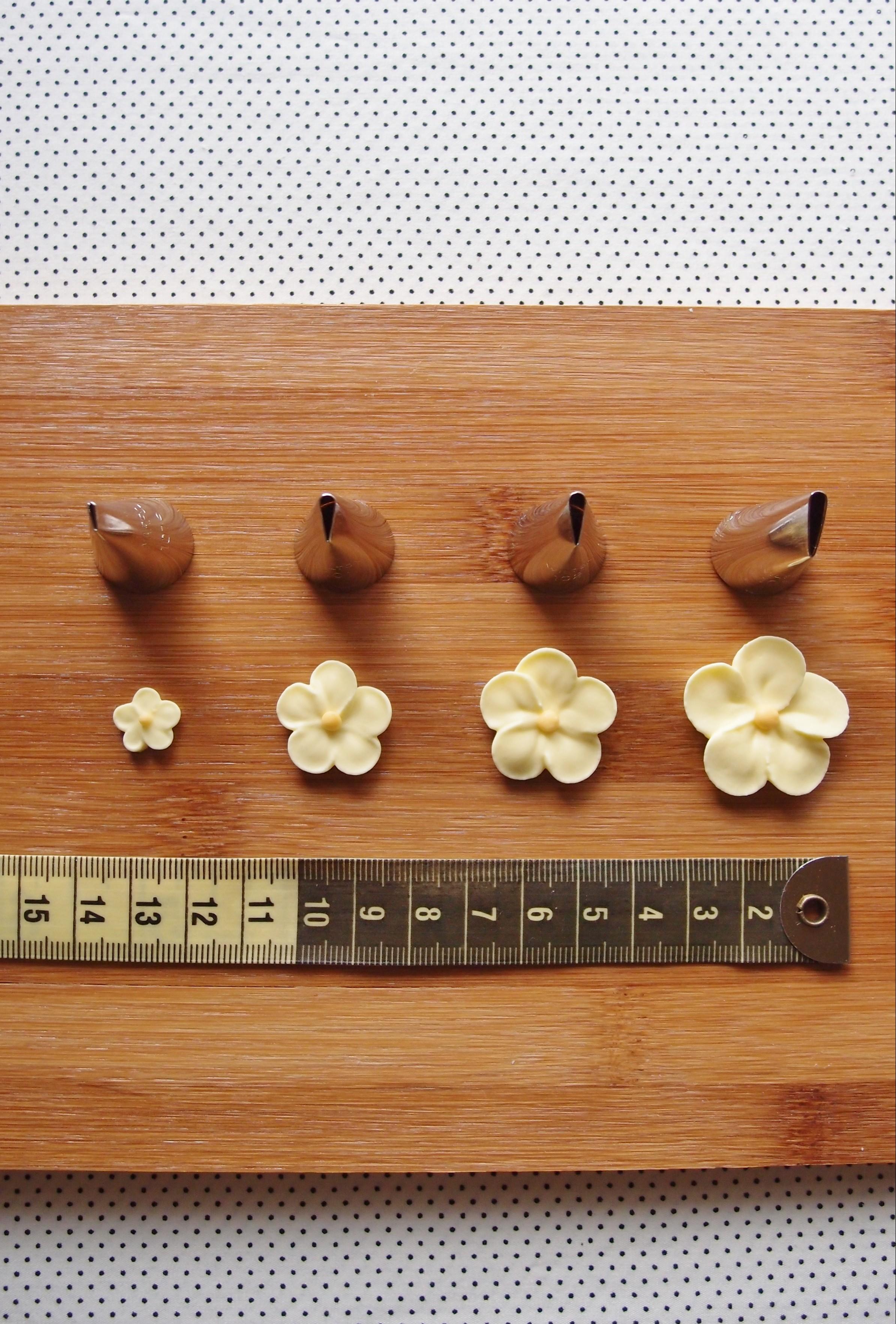 色々な大きさのバラ口金で、大きさの違うお花を絞ってみました