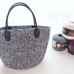 コットンの糸で編んだこま編みのバッグ