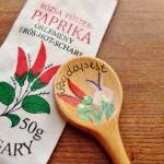 ハンガリーの唐辛子(が入っていた袋)と木製のスプーン