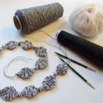 アヴリルと knitpicks の糸で編み途中の String of Beads Jewelry Set