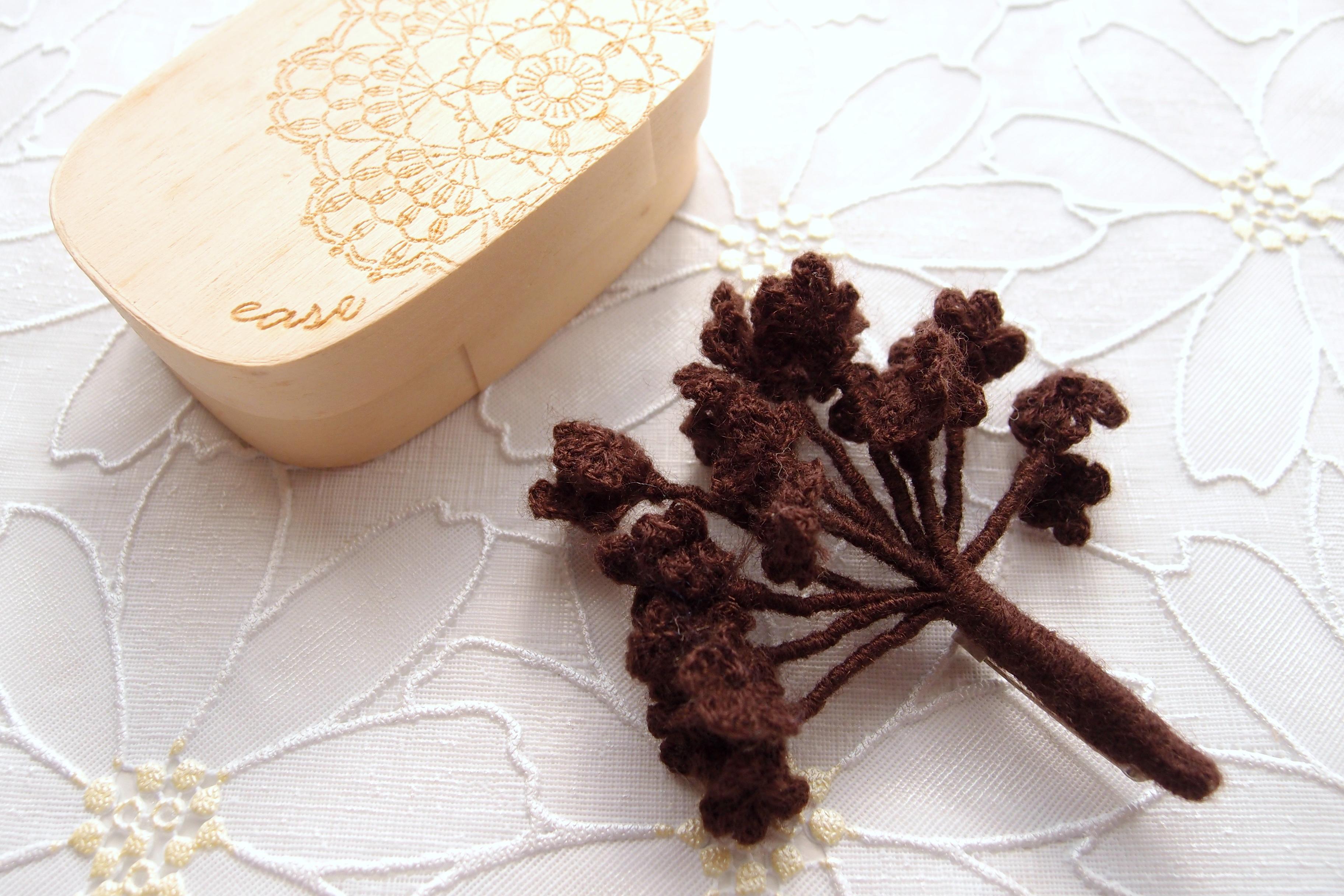 毛糸でできた木のモチーフのブローチ