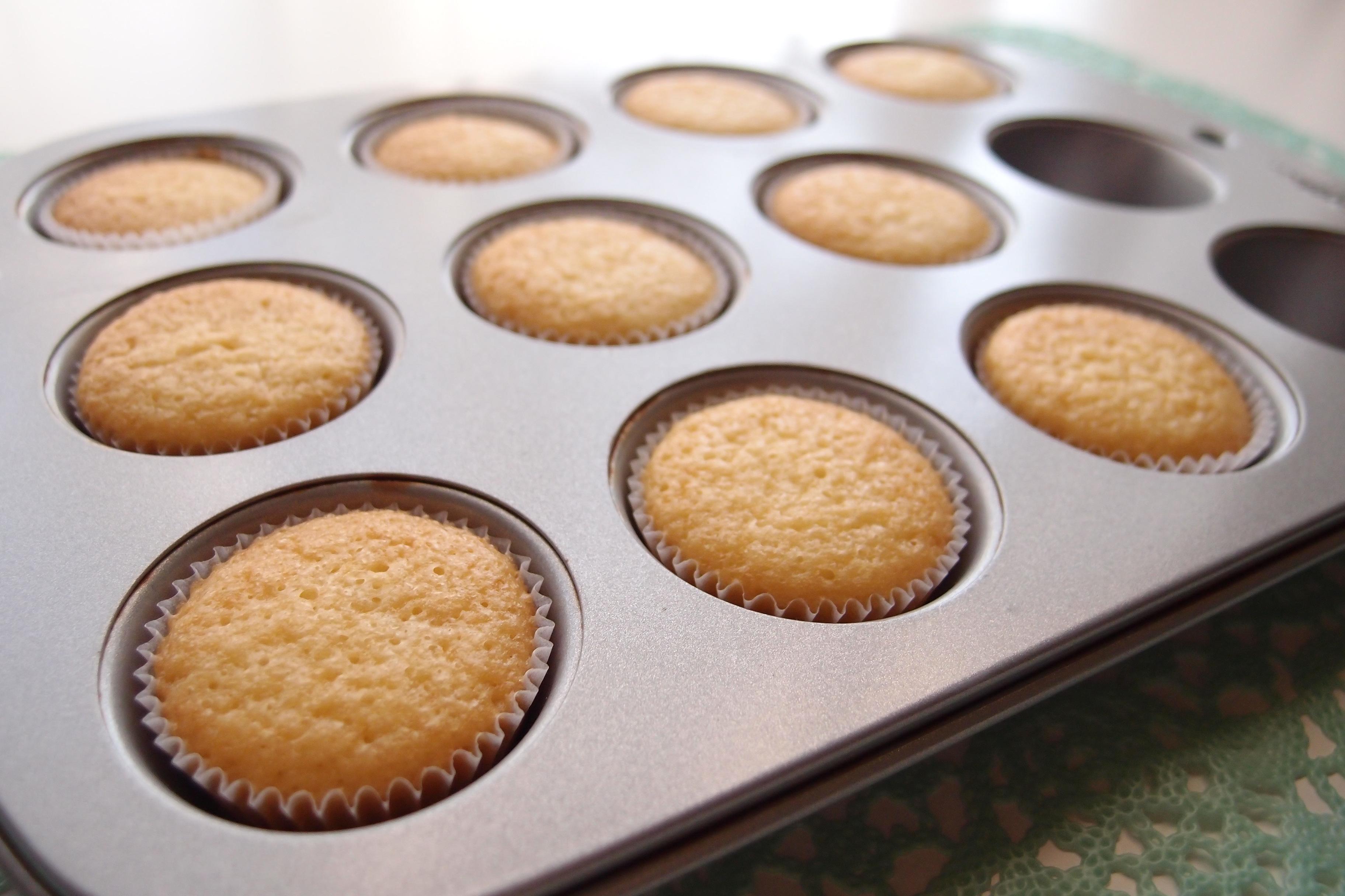 デコレーション用のカップケーキをきれいな平らに焼く方法 (カップケーキの作り方・その3)