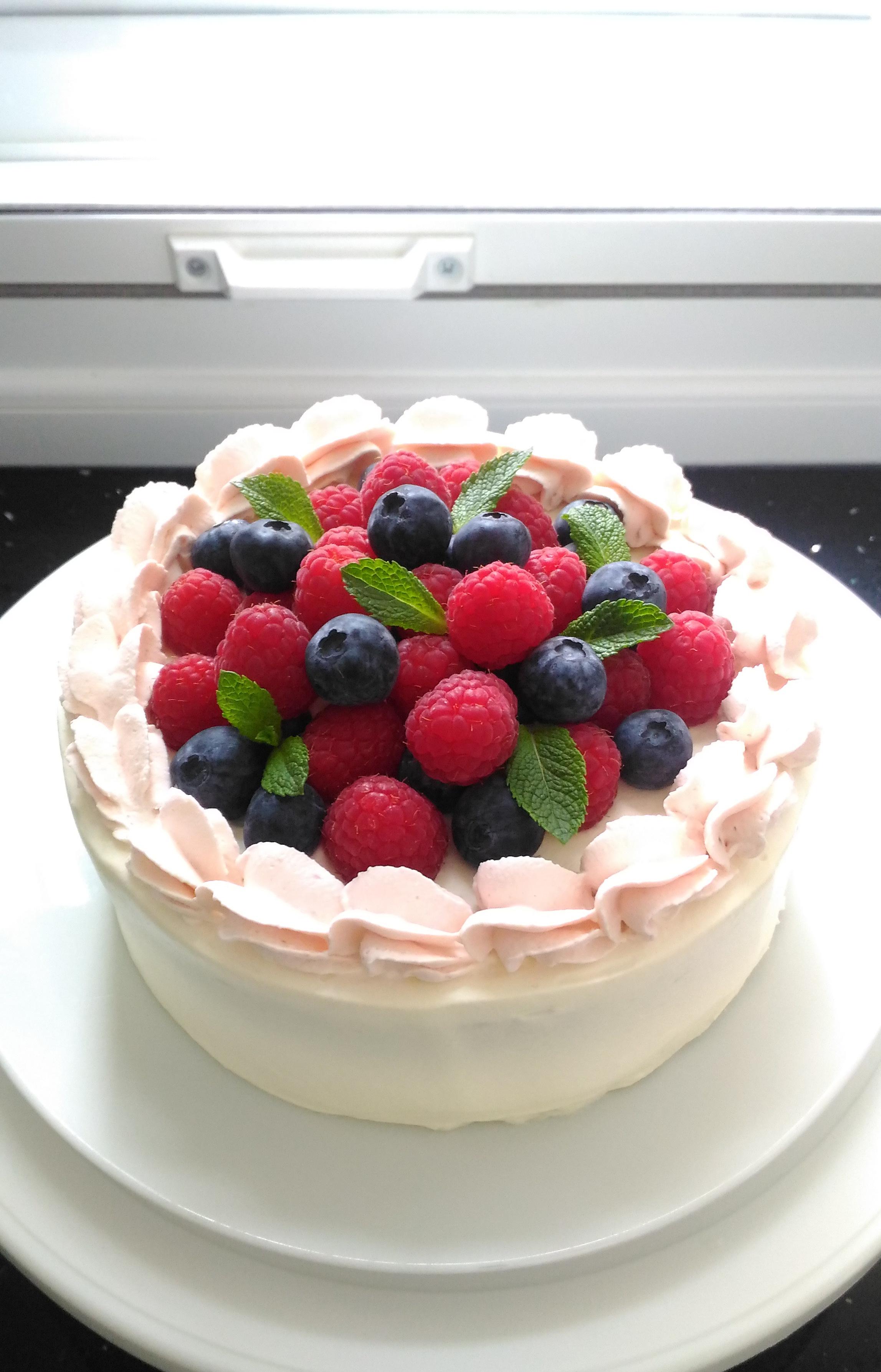 イギリスで作ったホールケーキ。日本で作っていたものと同じような味に仕上がりました!