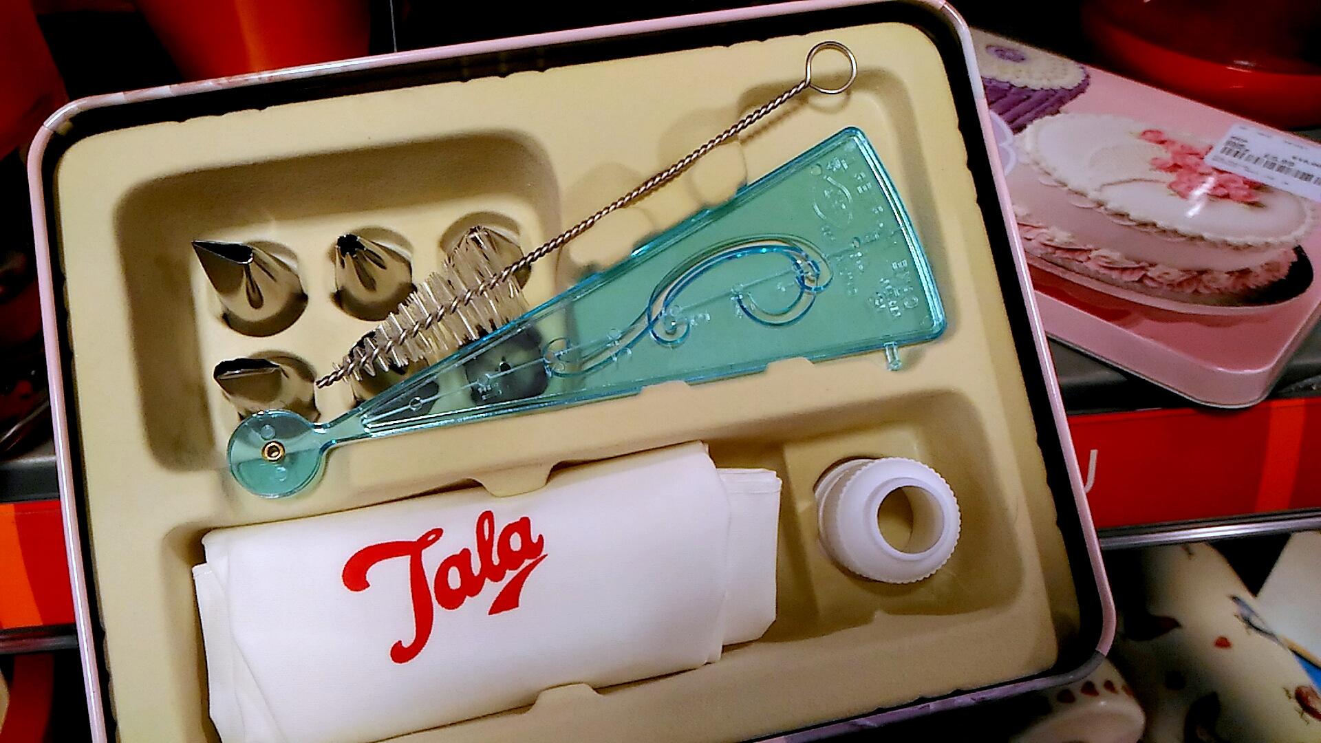 ロンドンのT.K.Maxxで見つけたお菓子作りの道具。ケーキ型からラッピング用品まで、何でも手に入ります!