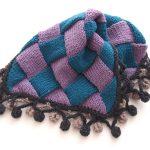 バスケット編み(Entrelac knitting)で編んだカバー。かぎ針で編んだポンポンのフリンジも付けました♪