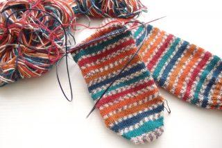 イギリスのソックヤーンで編んだ靴下。穴が開かないかかとの編み方を試してみたのですが・・・