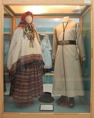 【ラトビア】国立歴史博物館の民族衣装ー地域ごとの男女の民族衣装が展示されています。