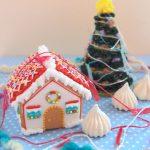 かぎ針編みのクリスマスツリーとアイシングクッキーのヘクセンハウス