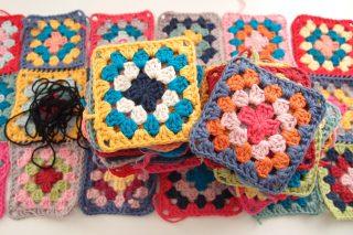 グラニースクエア(Granny Square)のモチーフ編み・・・大量に編んだはいいものの、なかなか完成に至らず(汗)