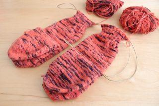 2 at a time sock(つま先から編む靴下の同時編み)をマジックループの方法で効率よく行うための方法を、詳しく解説します。