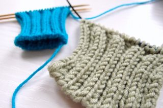 一目ゴム編みの作り目を二目ゴム編みに変える時に、私が一番簡単でやりやすいと思う方法