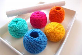 玉巻きの簡単なやり方。ラップの芯を使う方法と、道具なしで作る毛糸玉の作り方をご紹介します。