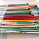 イギリスで集めに集めたヴィンテージの棒針とかぎ針。プラスチック製のカラフルなものが多いです