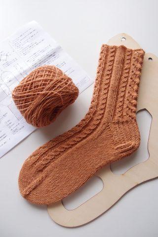 【アヴリル】『ラムリネンの靴下』ー縄編み模様が美しい靴下です