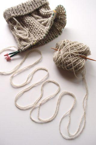 糸が絡まった時に、糸玉から糸を出すことなく回転させて、絡み(ねじれ)を解消する方法