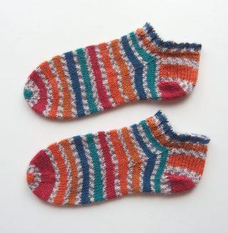 イギリスの糸で編んだくるぶしだけの靴下。履き口から編む靴下です。(cuff-down socks)
