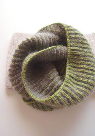 ブリオッシュ編み(イギリスゴム編み)のネックウォーマー再び。今回は長めのものを編んでみました