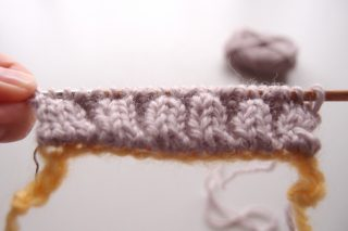 別鎖の作り目で作る、2目ゴム編みの作り目とゴム編み止めの方法(両端の3目が表目)