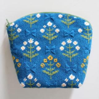 【フェリシモ】北欧の花と実を描く テキスタイルみたいなニードルポイントポーチの会
