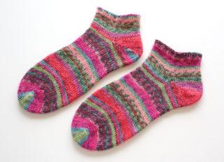 Opal のモネのシリーズの糸で編んだ靴下。フランス編みで編んでみたら、意外な発見がありました!