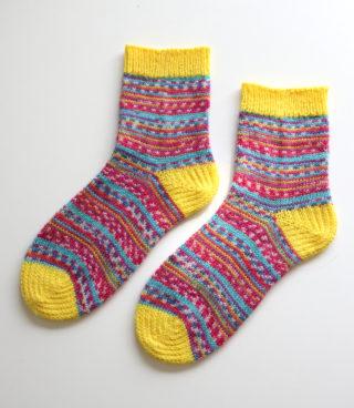 Opal の気仙沼カラーを使って、つま先とかかとを模様編みで編んでみました!