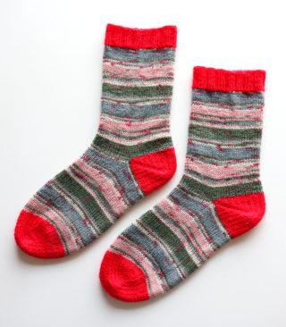 つま先とかかとを模様編みにした靴下、今度はもうひとつのドイツ式のかかとで編んでみました。