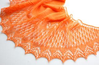 【Ravelry】既製品のセーターを解いてできた毛糸で、Peipponen というショールを編みました。