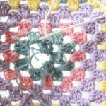【動画あり】グラニースクエアの編み初め近くの段の間違いを、糸をほどかずに直す方法