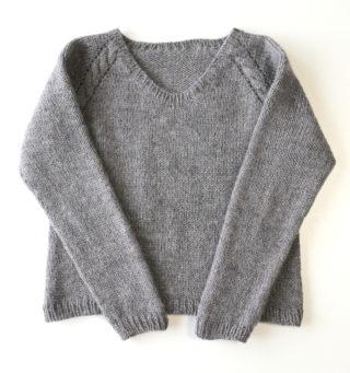 トップダウンで編むラグランセーター4作目:ラグラン線を縄編みにしてみました