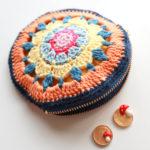 モチーフ編みを2枚組み合わせて作った、ファスナー付きの丸いポーチを編みました