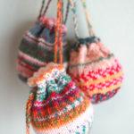 靴下編みで余ったOpal毛糸の消費に、またまたミニ巾着を編んでいます