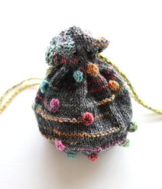 Opal のミニ巾着を、レリーフ編み用の糸で編んでみました。巾着の大きさを変えたい場合の目数の出し方などについても。